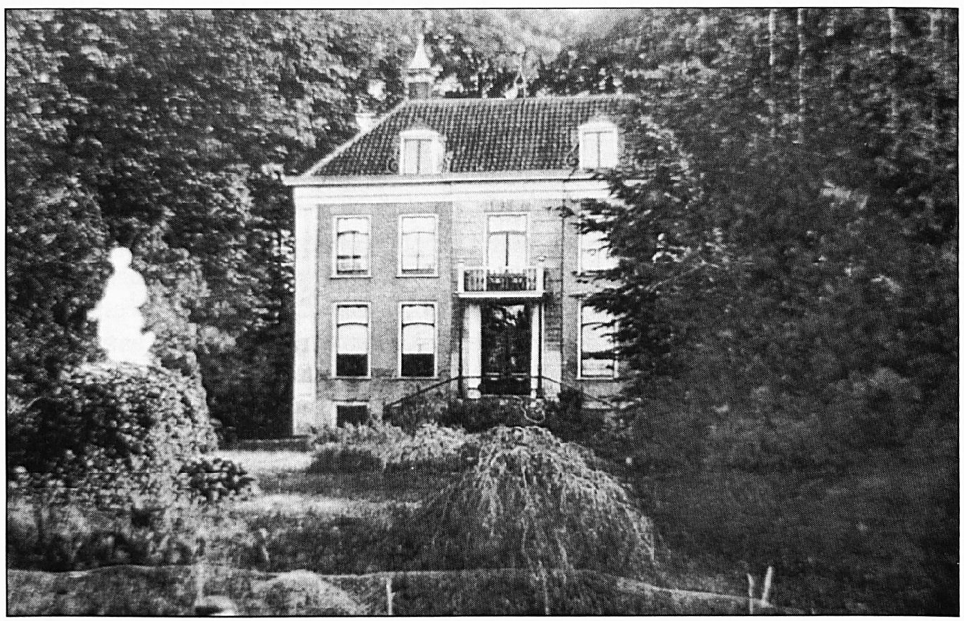 """De Hoogen Kamp, een statig huis, omgeven door een schitterend park. De naam """"De Hoogen Kamp"""" komt o.a. al voor in de registers van de bezittingen van de kloosters. Het is niet duidelijk, of er toen al bebouwing was op deze plaats."""